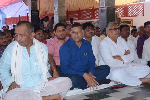 वाजपेयी की चादर के मौके पर नदारद रहने वाले भाजपा नेता मुख्यमंत्री राजे की चादर में नजर आए।